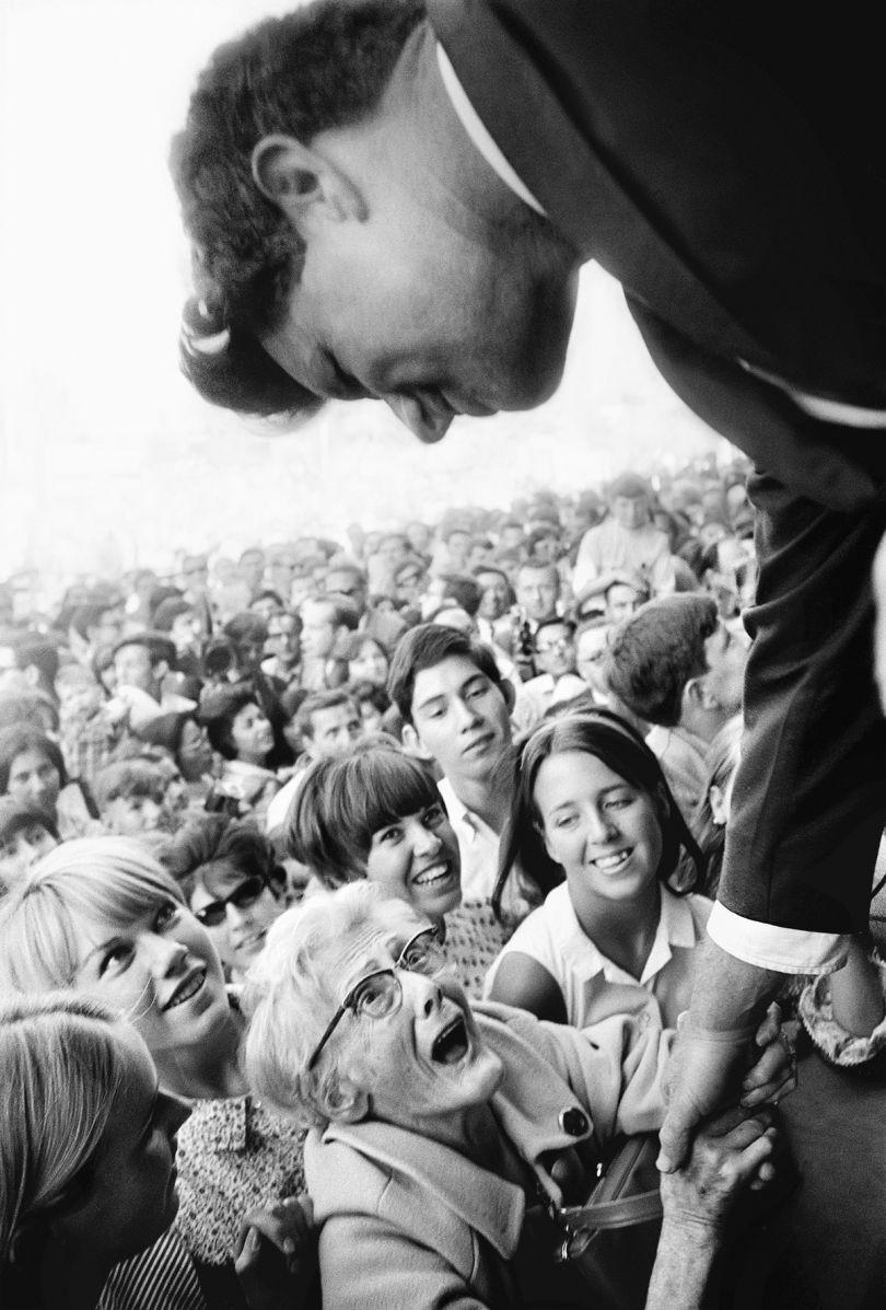 Robert F. Kennedy Campaign, New York, 1965. © Steve Schapiro, courtesy Howard Greenberg Gallery, New York