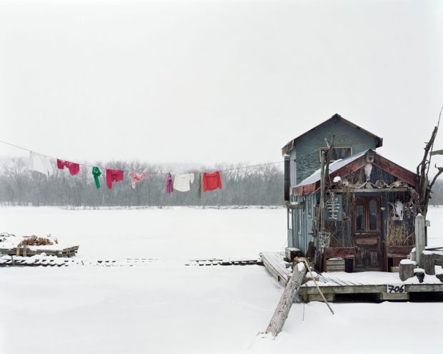 Alec Soth, Peter's Houseboat, Winona, Minnesota 2002, from the series: Sleeping by the Mississippi  © Alec Soth / Magnum Photos