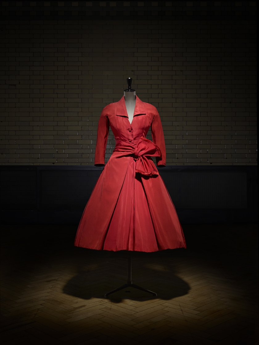 Écarlate afternoon dress, Autumn-Winter 1955 Haute Couture collection, Y line. Victoria and Albert Museum, London. Photo © Laziz Hamani