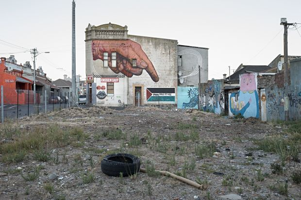 Free Palestine, Woodstock ('hand' mural by Gaia), Cape Town, 2015   © David Lurie