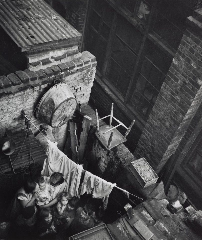 Edith Tudor-Hart - Gee Street, Finsbury, London, ca. 1936 © Edith Tudor-Hart / National Galleries of Scotland