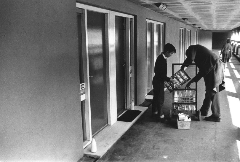 Roger Mayne, Milk delivery, Park Hill Estate, Sheffield, 1961 © Roger Mayne Archive / Mary Evans Picture Library