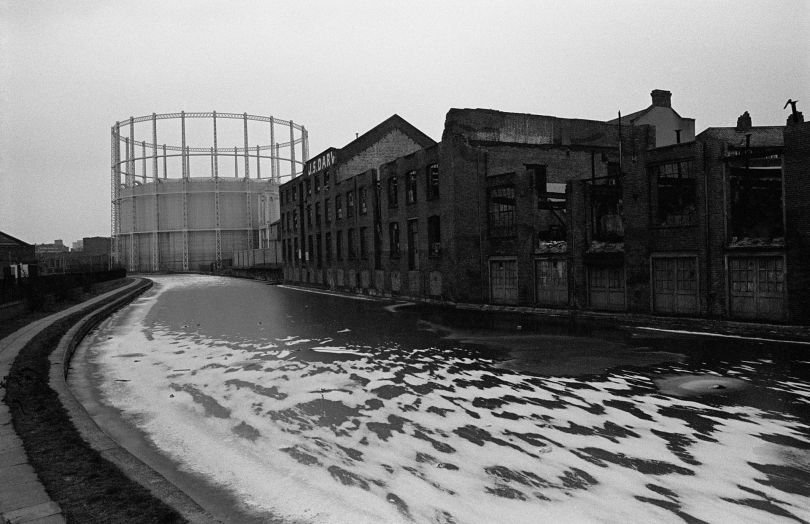 Another long gone gasometer. Regent's Canal, Bethnal Green - 1987