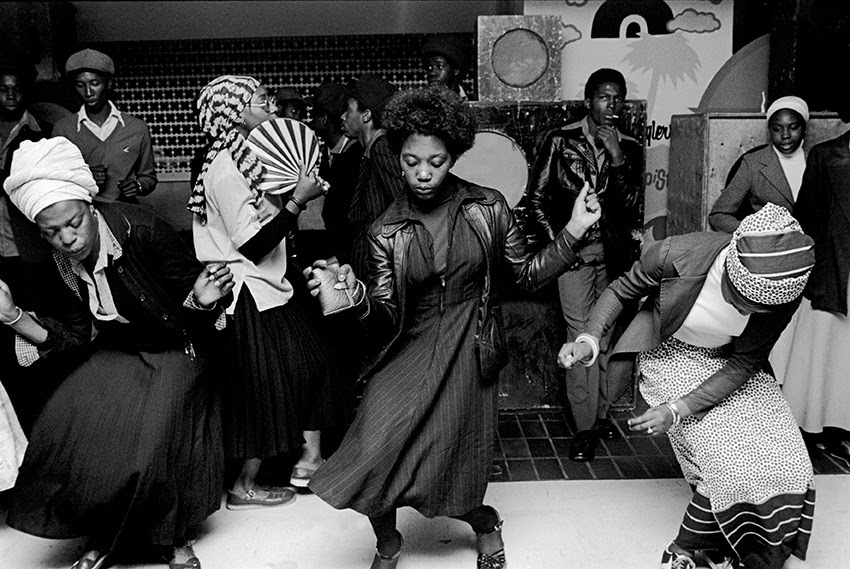 Girls dancing in Wolverhampton Club, 1978 © Chris Steele-Perkins / Magnum Photos