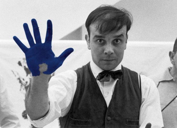 """Portrait of Yves Klein during the shooting the documentary of Peter Morley """"The Heartbeat of France"""". Studio of Charles Wilp, Dusseldorf, Germany, February 1961 © Photo : Charles Wilp / BPK, Berlin"""