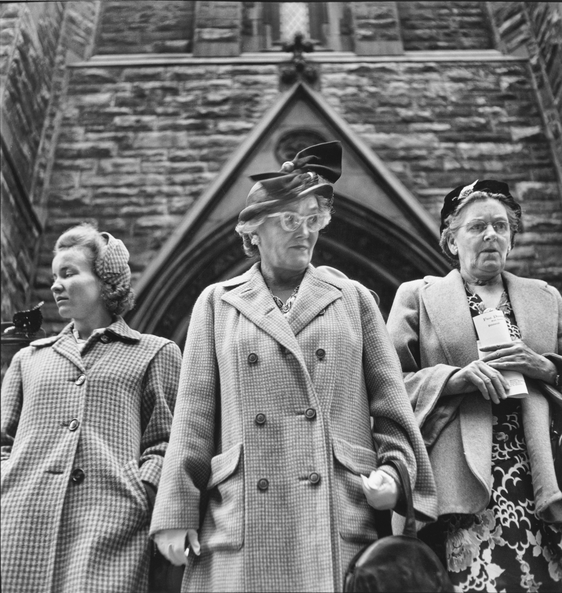 Outside Presbyterian Church on Sixth Avenue, September 1950 © Elliott Erwitt / Magnum Photos Courtesy: Carnegie Library of Pittsburgh