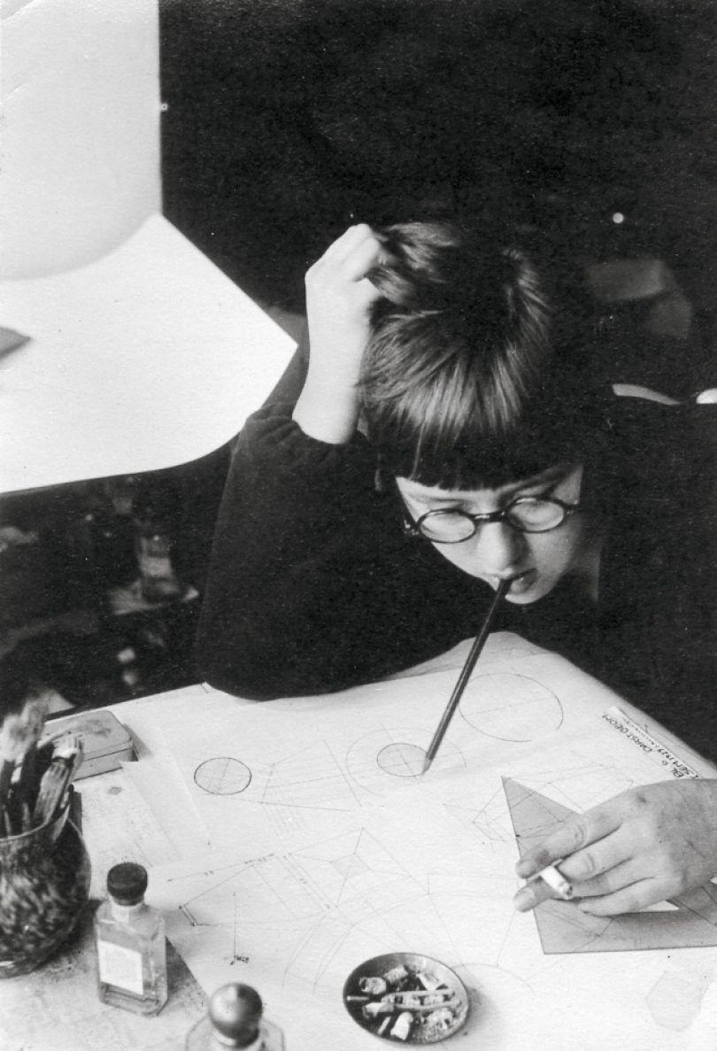 Anonymous: Elsa Franke designing, undated. Photo © Stiftung Bauhaus Dessau