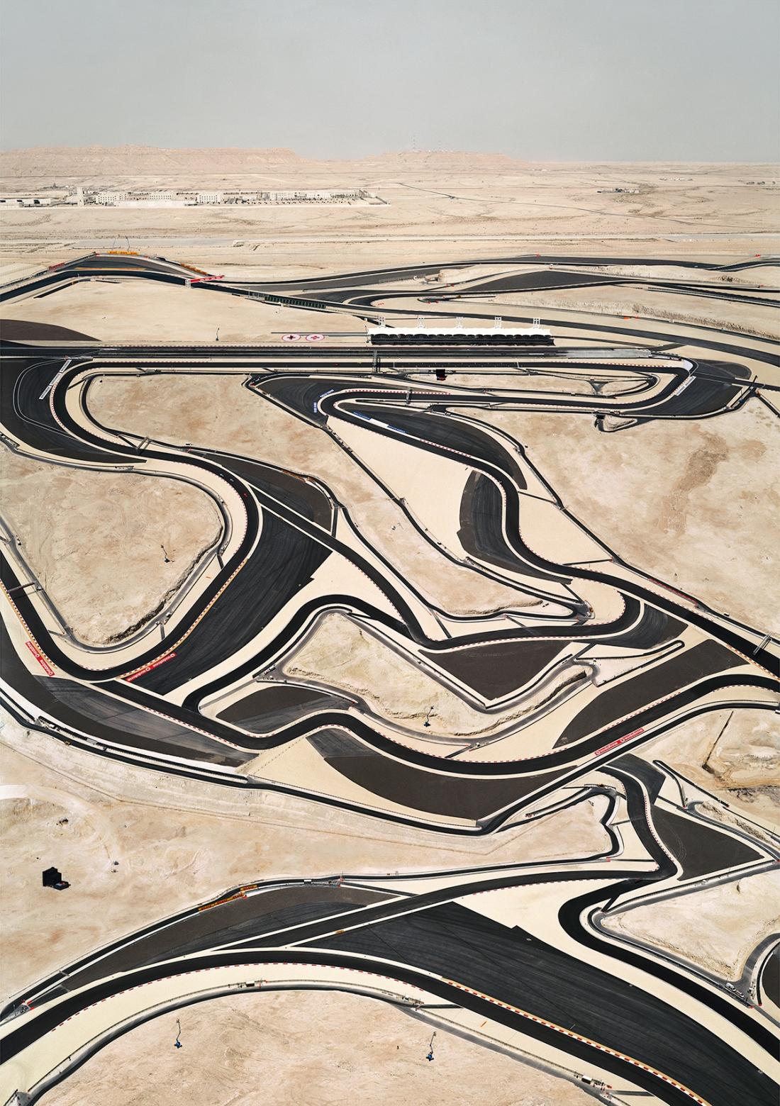 Andreas Gursky, Bahrain I, 2005 C-Print. 302.2 x 219.6 x 6.2 cm© Andreas Gursky/DACS, 2017. Courtesy: Sprüth Magers
