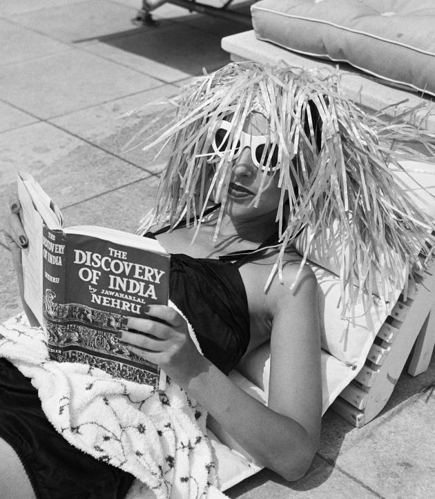 Cap d'Antibes chez André Dubonnet (femme lisant The discovery of India) © Ministère de la Culture - France / A.A.J.H.L