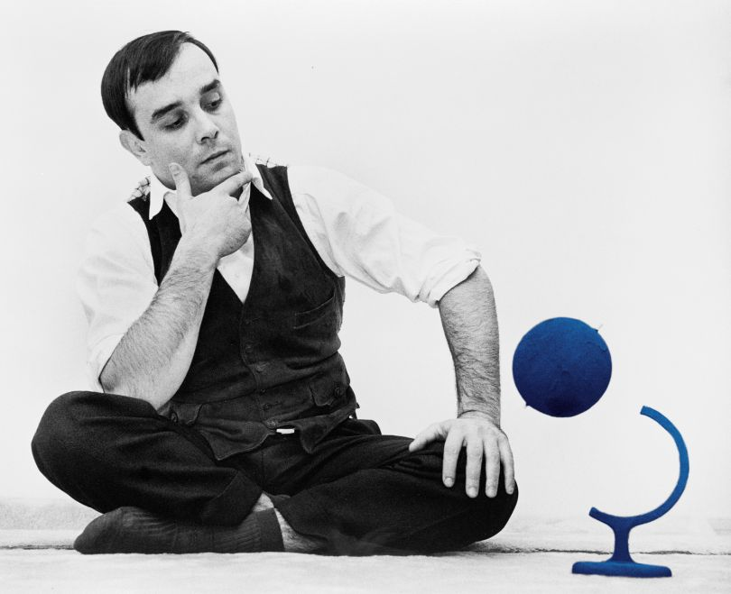 Yves Klein and the « Blue Globe » (RP 7) in his atelier, 14, rue Campagne-Première, Paris, France, 1961 © Yves Klein Estate, ADAGP, Paris / DACS, London, 2018 © Photo : Harry Shunk and Janos Kender © J.Paul Getty Trust. The Getty Research Institute, Los Angeles. (2014.R.20)