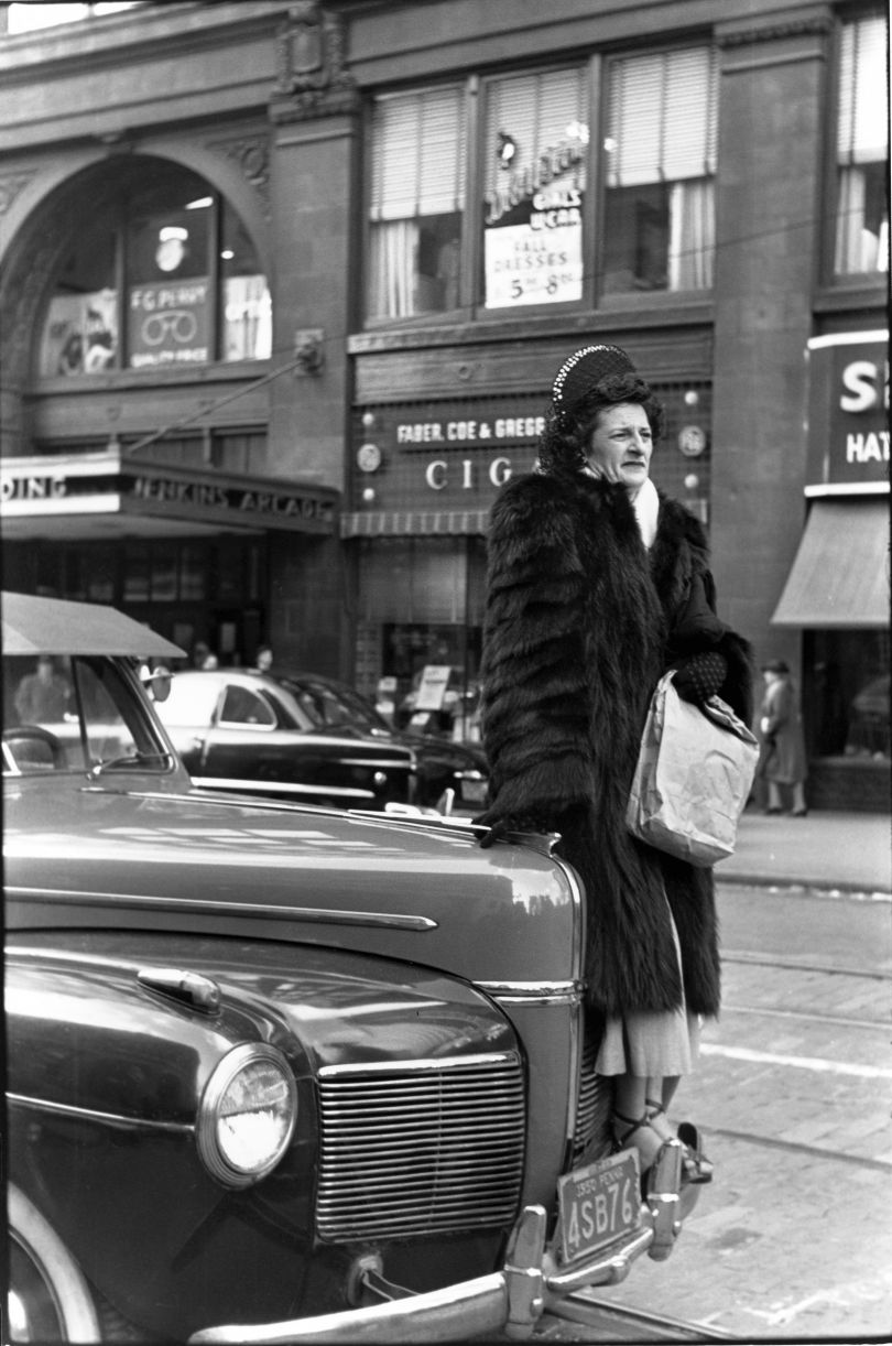 Crowd at Armistice Day Parade, Pittsburgh November 1950 © Elliott Erwitt / Magnum Photos Courtesy: Carnegie Library of Pittsburgh
