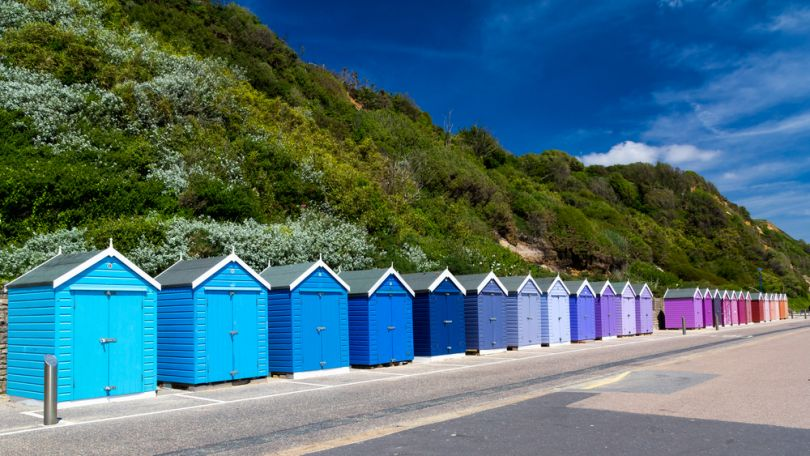 Colourful beach huts / Shutterstock.com