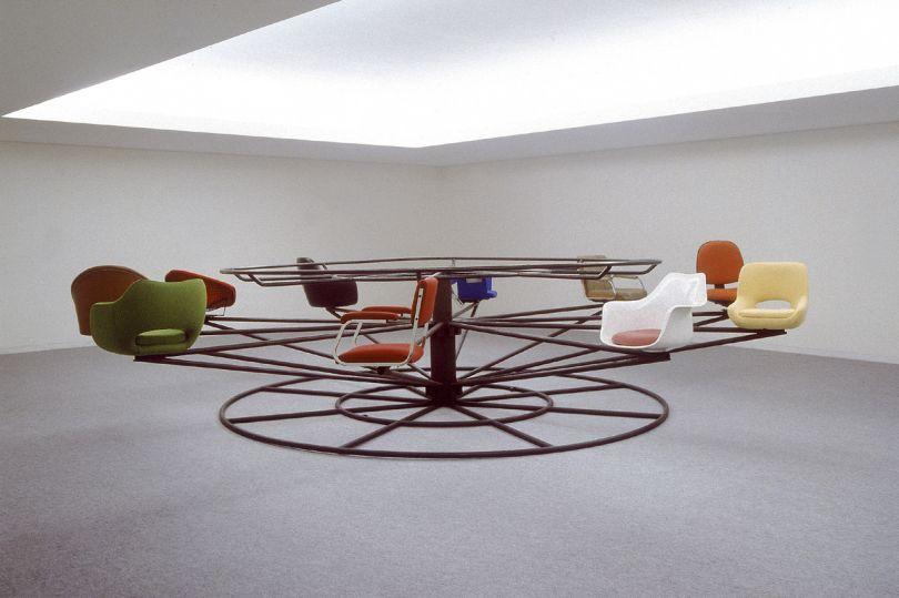 Joana Vasconcelos – Punto de encuentro (Ponto de Encontro), 2000 Metal cromado, sillas de madera y tapicería, y hierro termolacado 120 x Ø 550 cm Coleção da Caixa Geral de Depósitos, Lisboa