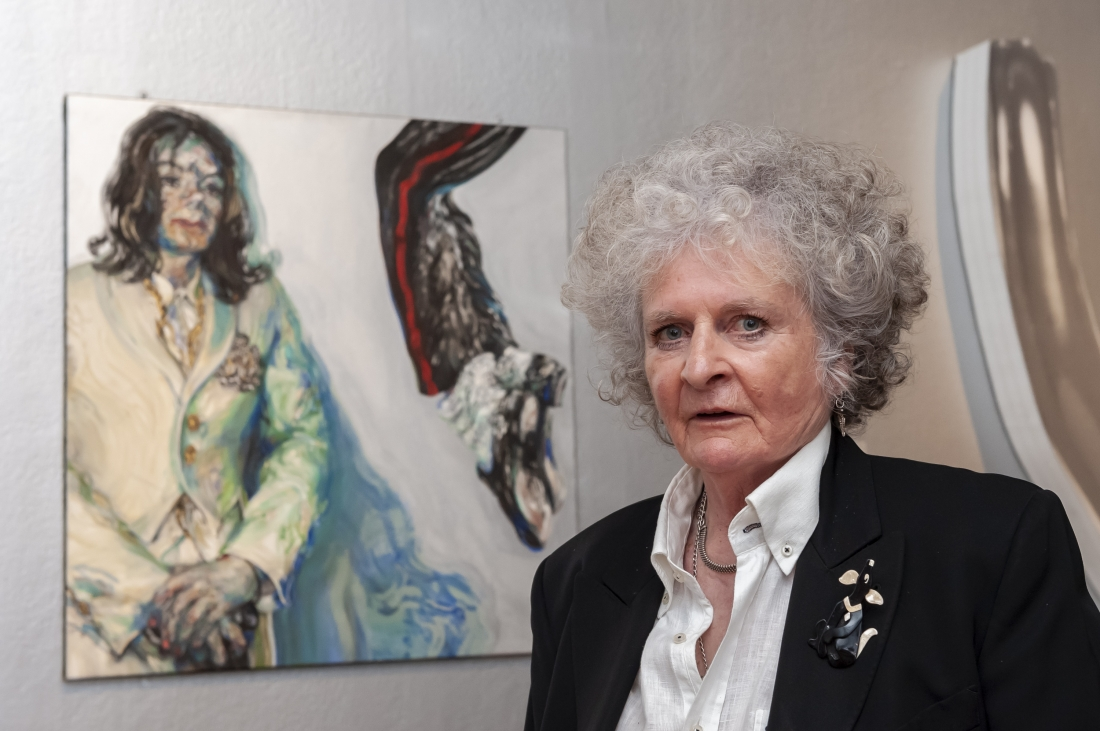 Maggi Hambling with her work, Michael Jackson, 2009. Photograph by Jorge Herrera