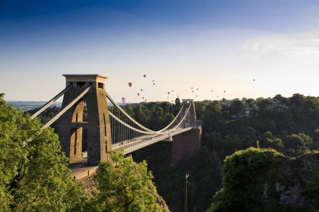 Clifton suspension bridge and Balloon Fiesta  / Shutterstock.com