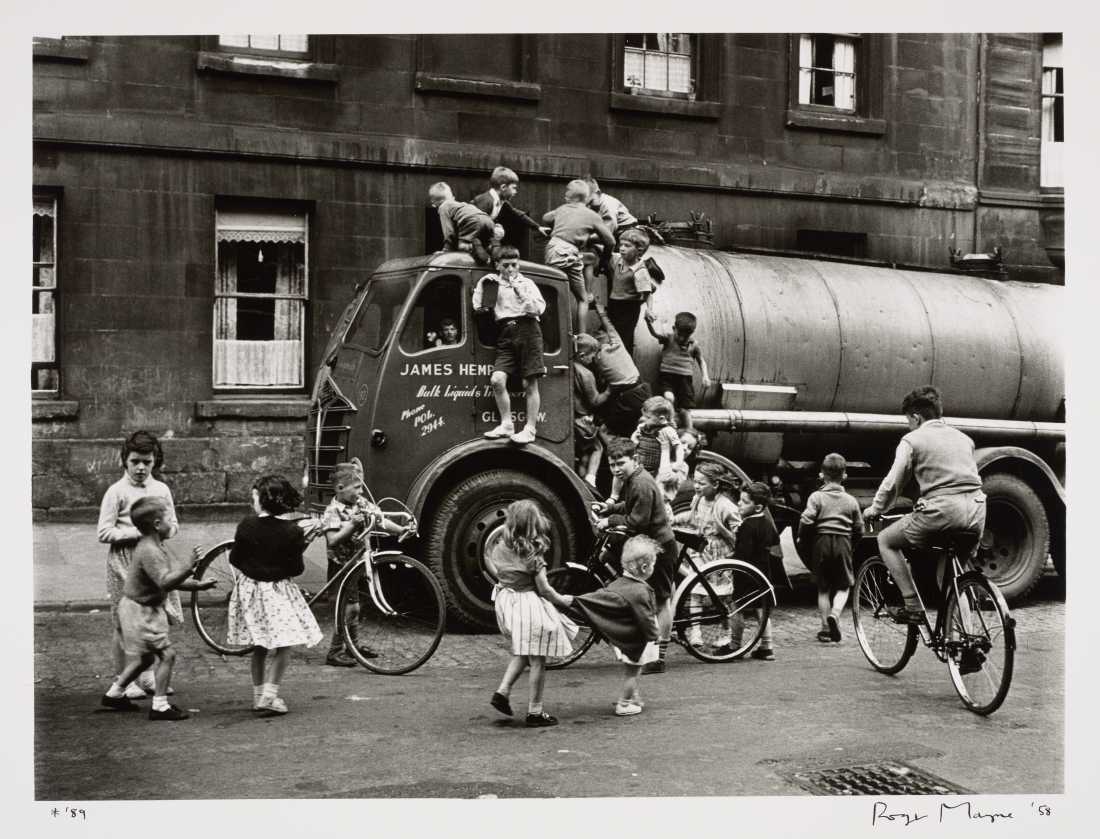 Roger Mayne, Children playing on a lorry, Glasgow, 1958 Silver gelatine print, 28.20 x 38.20 cm © Katkin Tremayne