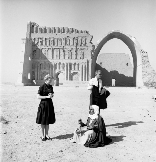 US couple at Taq Kasra, Al Mada'in, Salman Pak, Baghdad, 1965 | © Latif Al Ani