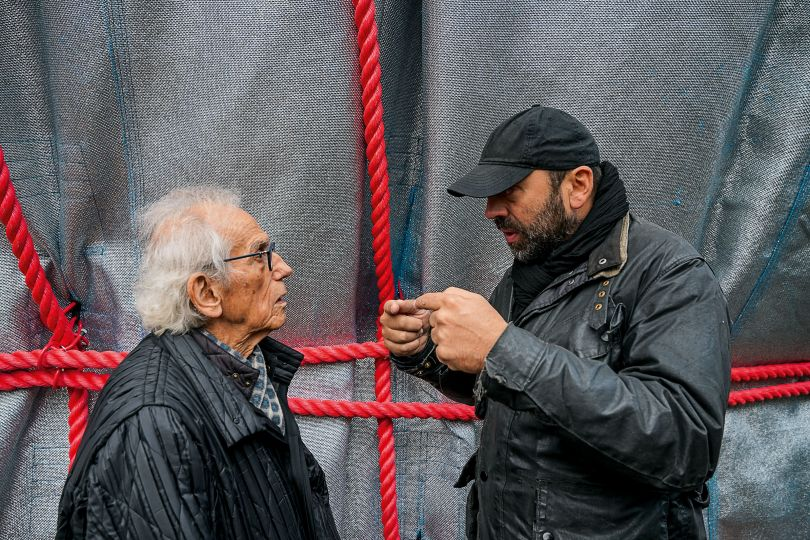 Christo and Vladimir Yavachev discuss the different qualities of the three different-sized ropes that were used in this test. Christo decided upon the middle-sized rope Photo: © Wolfgang Volz