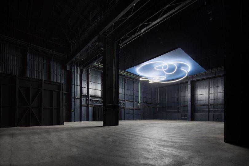 Lucio Fontana, Struttura al neon per la IX Triennale di Milano, 1951/2017, installation view at Pirelli HangarBicocca, Milan, 2017. Courtesy Pirelli HangarBicocca, Milan. ©Fondazione Lucio Fontana Photo: Agostino Osio