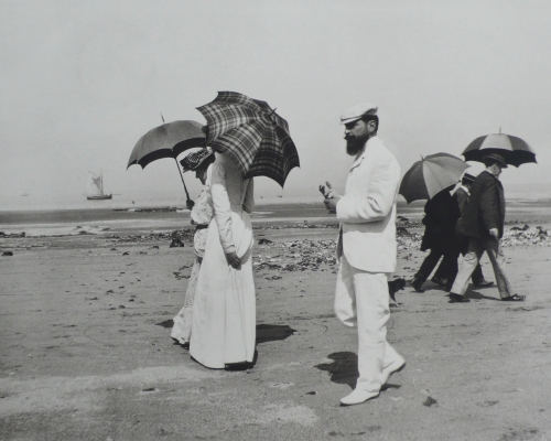 J.H. Lartigue © Ministère de la Culture - France / A.A.J.H.L. 'Cousin Caro and M. Plantevigne, Villerville, 1906'