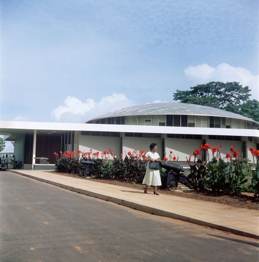Ghana, 1958 – Woman leaving the National Museum of Ghana, Accra © 2021 Todd Webb Archive
