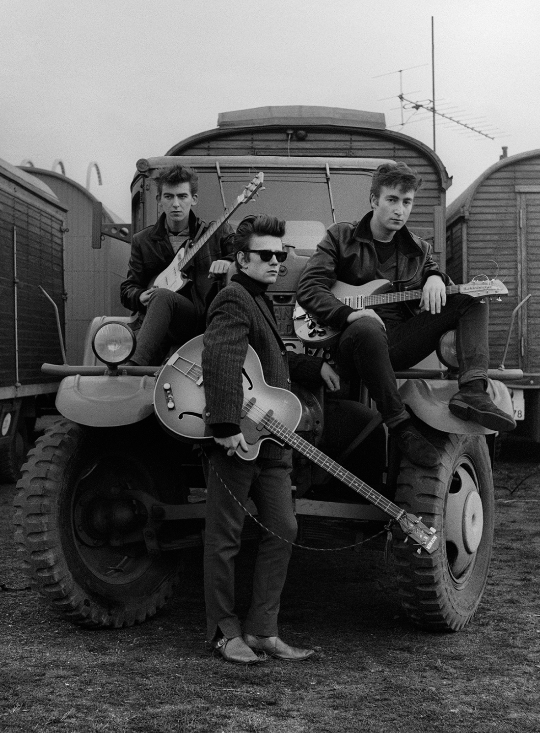 Astrid Kirchherr, John Lennon, Stuart Sutcliffe y George Harrison en un camión en el recinto ferial, 1960