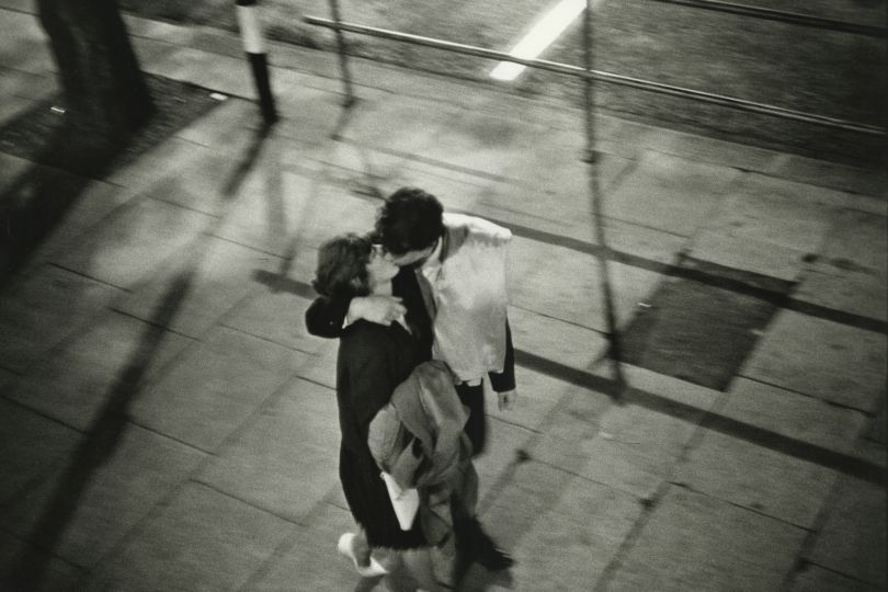 Couple kissing on the street, London 1960 © Bruce Davidson / Magnum Photos courtesy Howard Greenberg Gallery / Huxley Parlour Gallery