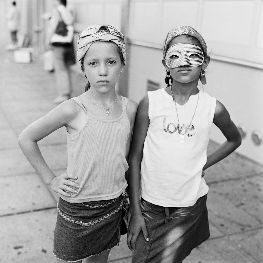 Desiree Blakis, right, and her best friend Dorota Dusza © Lucas Foglia