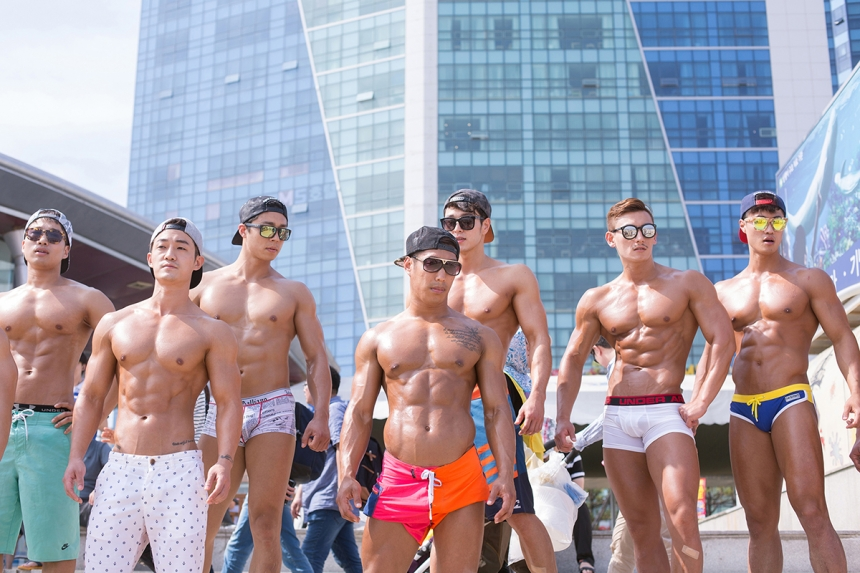 Made in Korea - Filippo Venturi: Bodybuilders at Haeundae Beach in Busan. Koreans are mad about health and physical appearance. Here appearance matters most; both in terms of beauty and conformity to norms. (Professional People)