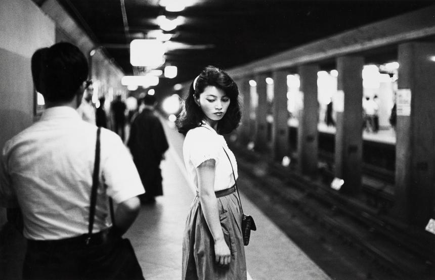 Ed van der Elsken, Girl in the subway, Tokyo (1984) Nederlands Fotomuseum / © Ed van der Elsken / Collection Stedelijk Museum Amsterdam