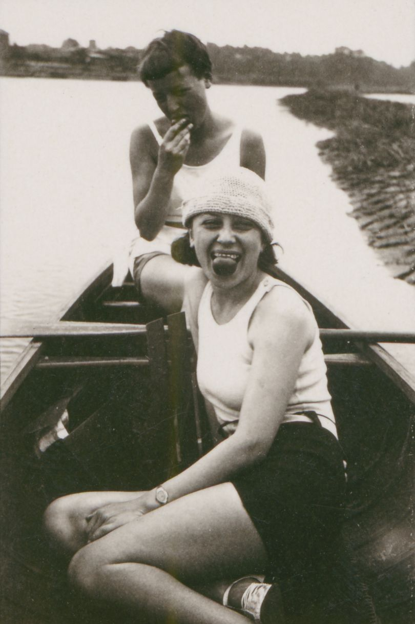Anonymous: Otti Berger (front) and Lis Beyer in a rowing boat on the Elbe, c. 1927. Photo © Bauhaus-Archiv, Berlin