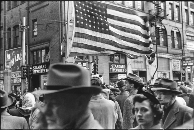 Crowd at Armistice Day Parade, Pittsburgh, November 1950 © Elliott Erwitt / Magnum Photos Courtesy: Carnegie Library of Pittsburgh