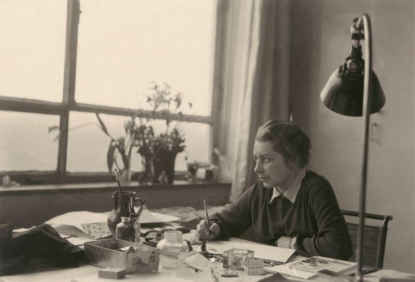 Anonymous: Gunta Stölzl in the studio at the Dessau Bauhaus, 13 March 1927. Photo © Bauhaus-Archiv, Berlin