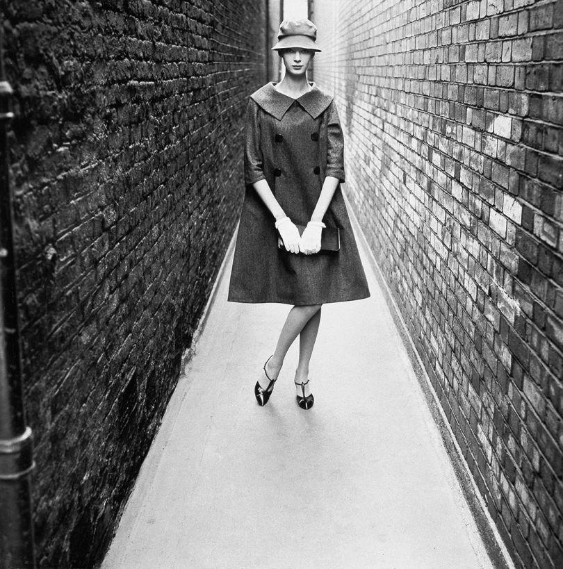 'Coming', London, 1958, Norman Parkinson © Norman Parkinson / Iconic Images