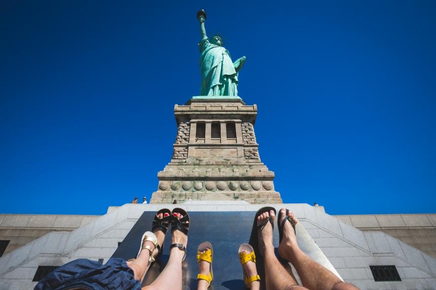 Nhiếp ảnh gia lưu giữ chuyến du lịch của gia đình mình bằng cách chỉ cho thấy đôi chân