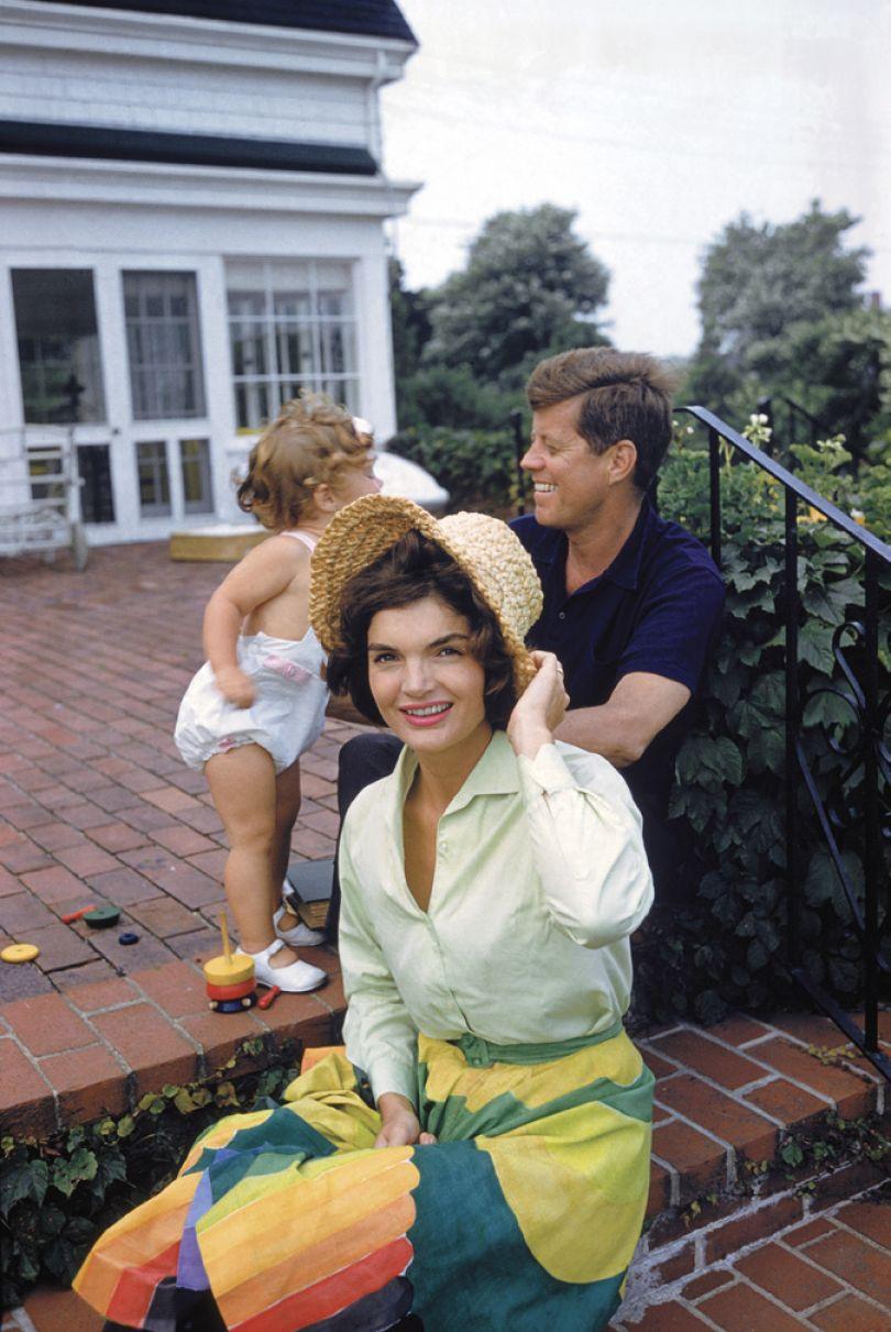 Jackie, JFK and Caroline, Hyannis Patio, 1959 © Mark Shaw / mptvimages.com