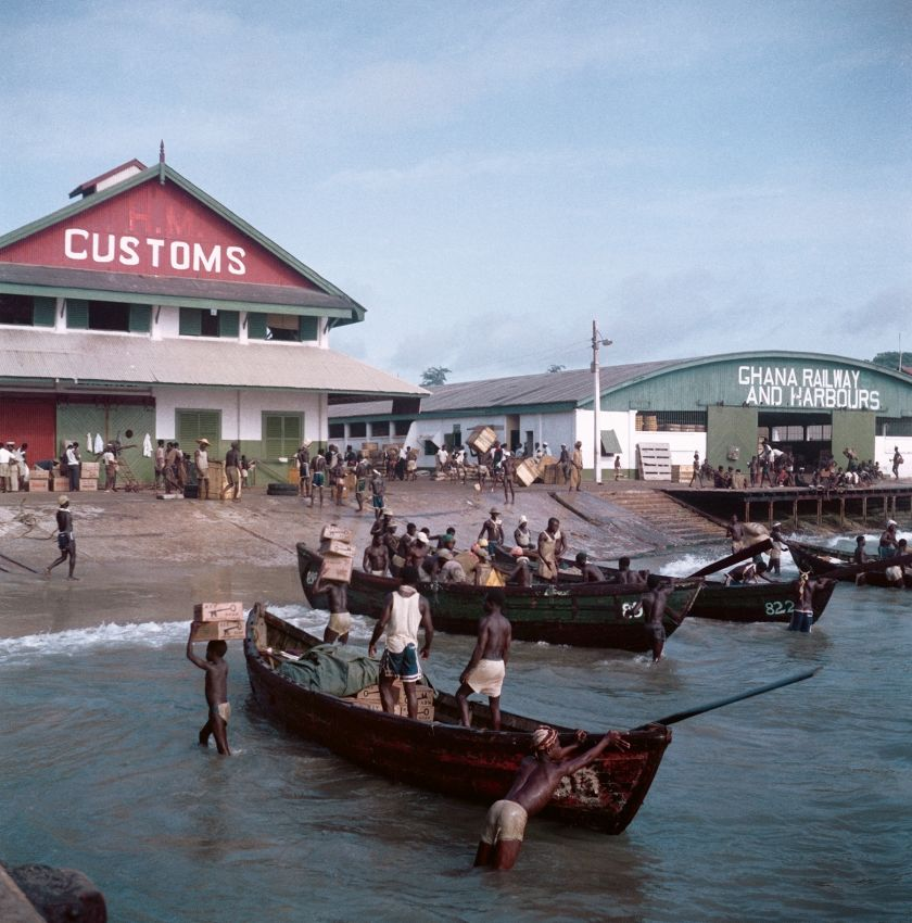 Ghana, 1958 – Unloading cargo with Customs House and Ghana Railway and Harbours in the background, Accra © 2021 Todd Webb Archive