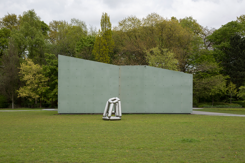Richard Deacon, 2005, Masters Of The Universe #1, Stainless Steel, 163 x 194 x 126 cm, Courtesey of Richard Deacon and Middelheim Museum