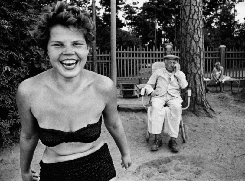 Bikini, Moscova river's beach, Moscow, 1959 © William Klein