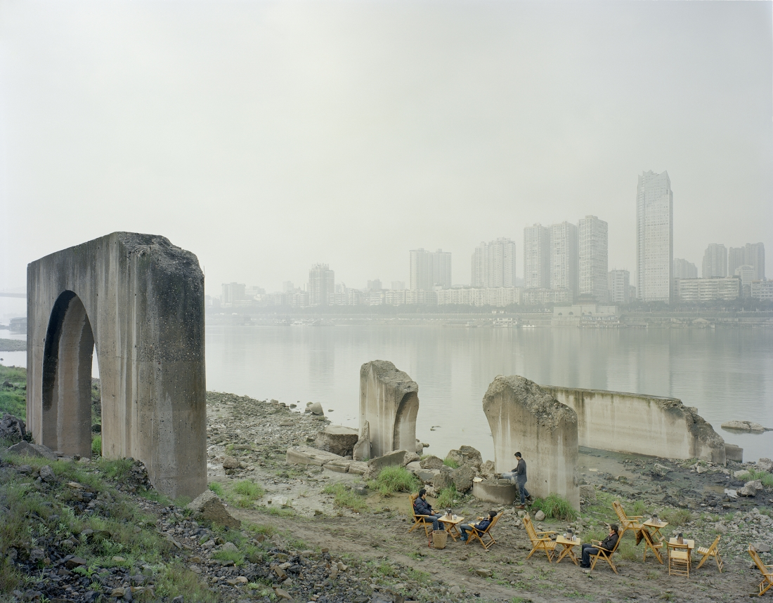 People drink tea by the river, 2013 © Zhang Kechun