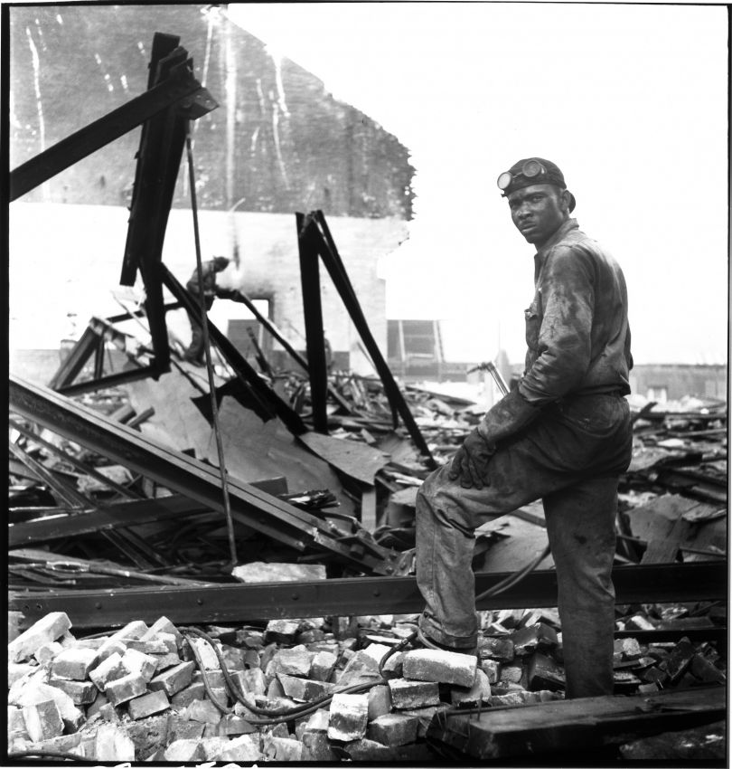 Workman on wrecking project at The Point Pittsburgh 1950 © Elliott Erwitt / Magnum Photos Courtesy: Carnegie Library of Pittsburgh