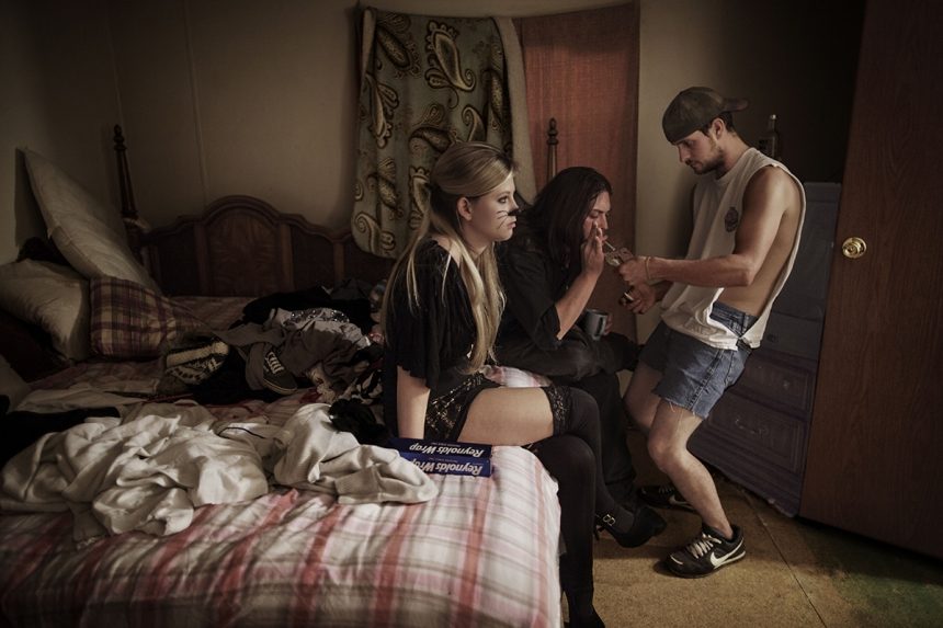 The Curse of Coal - Espen Rasmussen: Chelse (21) together with her boyfriend Eric and Alvin in her mother's trailer close to Beckley, West Virginia. They smoke OxyContin painkiller's before going out for a party on Halloween. With 1,8 million people and more than 500 dying of overdose every year, West Virginia is pill state number one in the US. (Professional Daily Life)