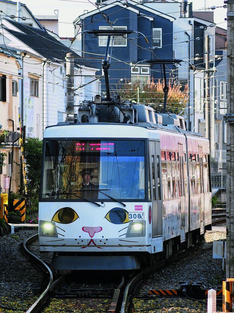 A manekineko tram on the Tokyu Etagaya Line. Gotukuji Temple, famed for its hundreds of manekineko, is found along this line. Photograph by Manami Okazaki