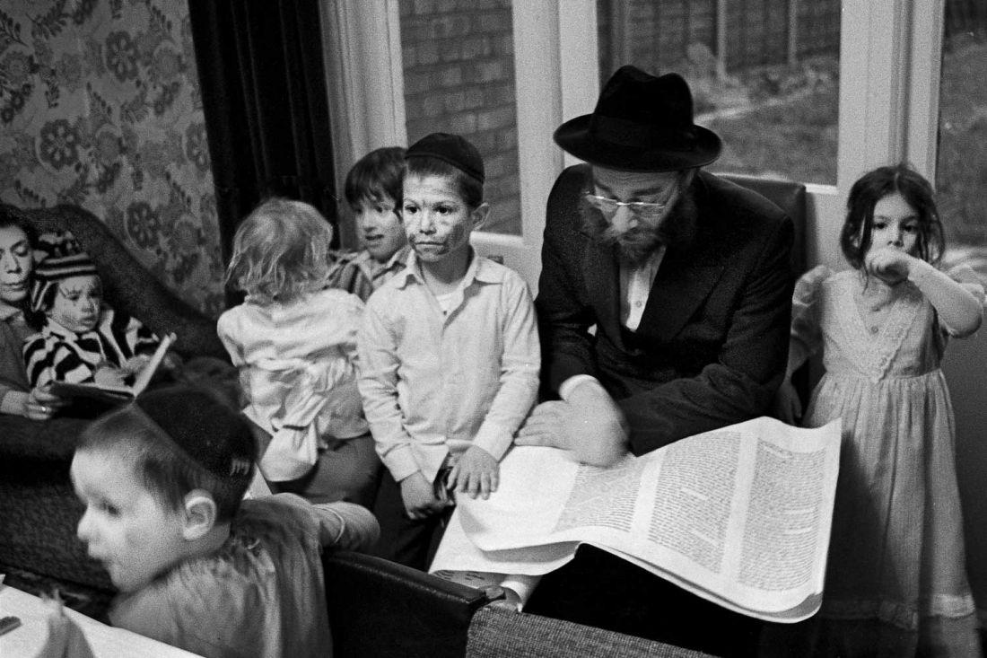 The Telsner family, Stamford Hill, 1981 © Neil Martinson