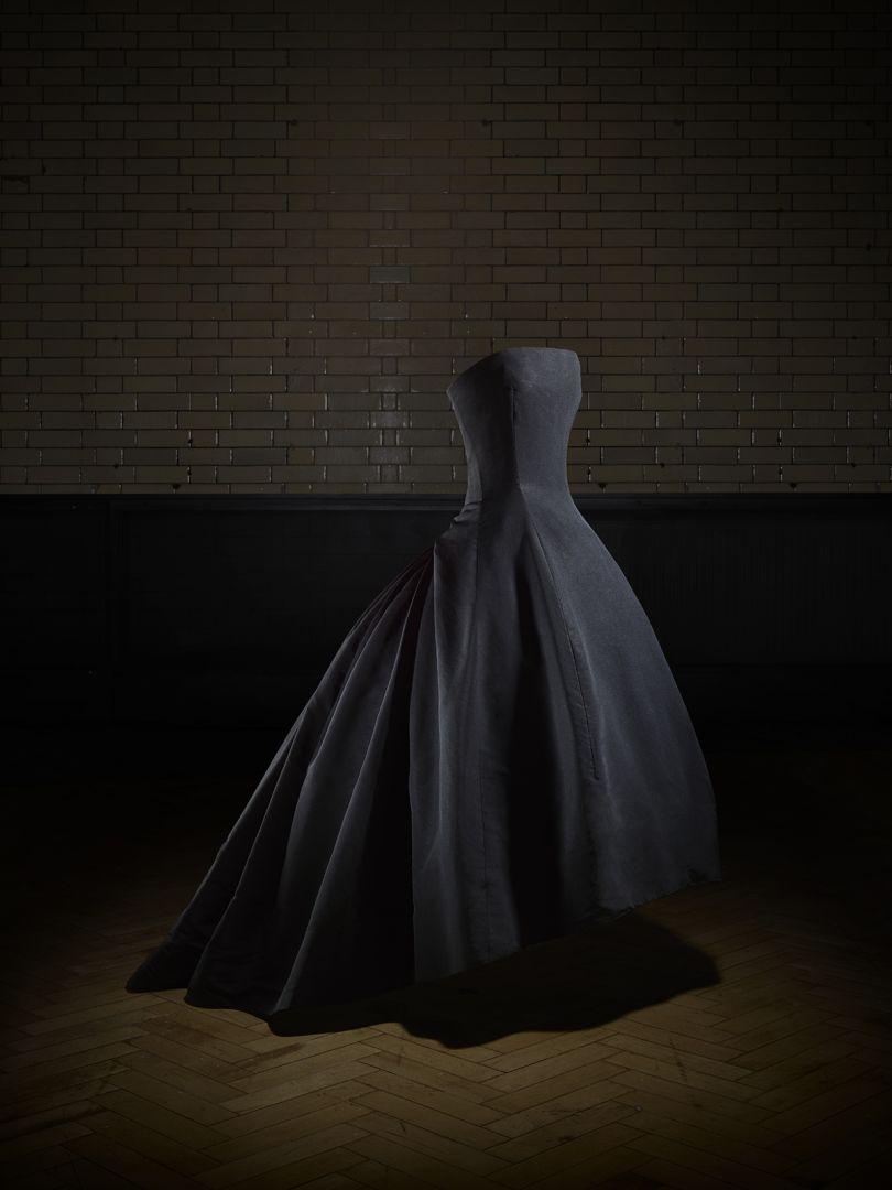 Soirée de décembre evening dress, Autumn-Winter 1954 Haute Couture collection, H line. Victoria and Albert Museum, London. Gift of Dame Margot Fonteyn. Photo © Laziz Hamani