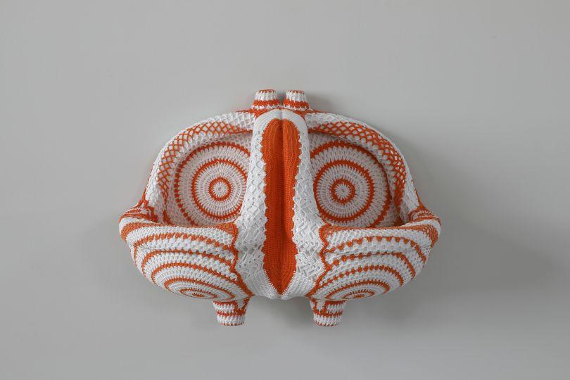 Joana Vasconcelos – Ni Te Tengo, Ni Te Olvido, 2017 Urinarios de cerámica y croché de algodón hecho a mano 40 x 58 x 30 cm Colección de la artista