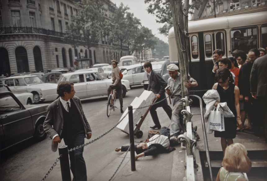 Fallen man, Paris, 1967   © Joel Meyerowitz