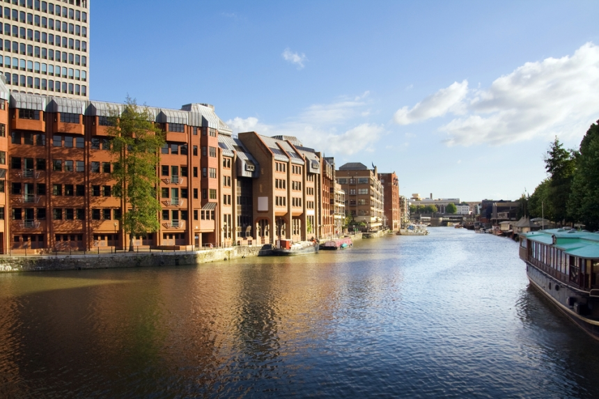Canal in Bristol with its waterside properties / Shutterstock.com