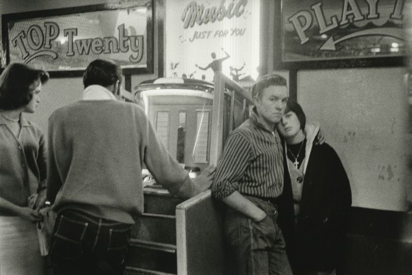 Teenagers and Jukebox, Hastings, England, 1960 © Bruce Davidson / Magnum Photos courtesy Howard Greenberg Gallery / Huxley Parlour Gallery